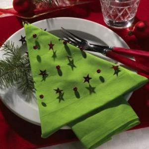 zielona-serwetka-zlozona-w-choinke